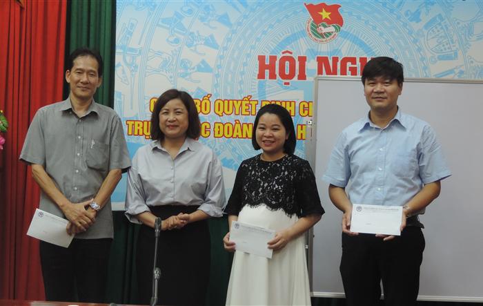 Đảng ủy Khối các cơ quan T.P Hà Nội tặng quà đảng viên là thân nhân gia đình chính sách