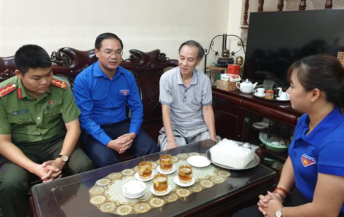 Bí thư Thành đoàn Hà Nội thăm, động viên gia đình chiến sỹ công an hy sinh khi làm nhiệm vụ