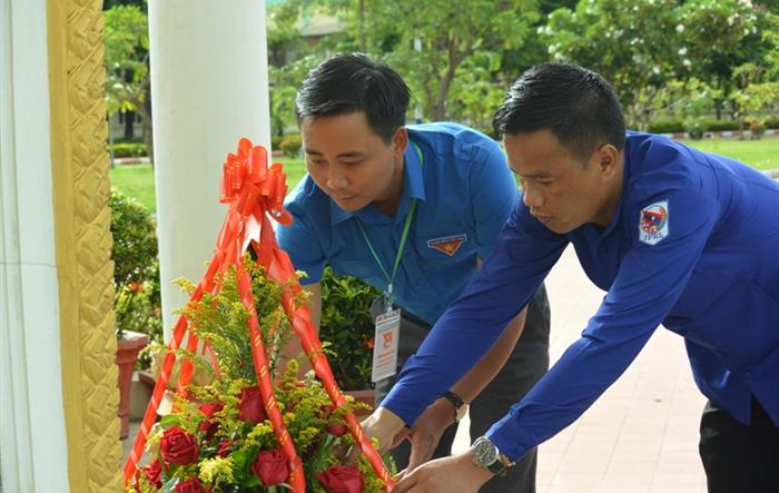 Đoàn tình nguyện Tuổi trẻ Thủ đô dâng hoa tại tượng đài cố Chủ tịch Kaysone Phomvihane