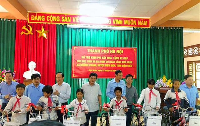 Thành phố Hà Nội hỗ trợ kinh phí xây nhà, tặng xe đạp cho học sinh và gia đình có hoàn cảnh khó khăn xã Mường Phăng, huyện Điện Biên, tỉnh Điện Biên