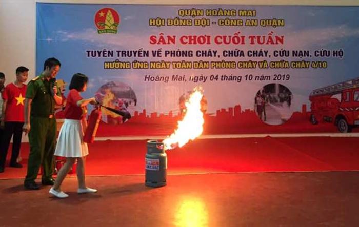 """Thiếu nhi Hoàng Mai học cách phòng cháy chữa cháy qua """"Sân chơi cuối tuần"""""""