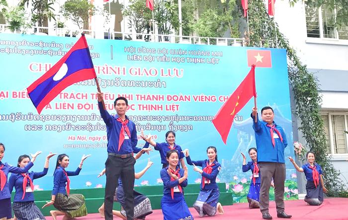 Chương trình giao lưu giữa đoàn đại biểu phụ trách thiếu nhi Thành đoàn Viêng Chăn với Liên đội Tiểu học Thịnh Liệt