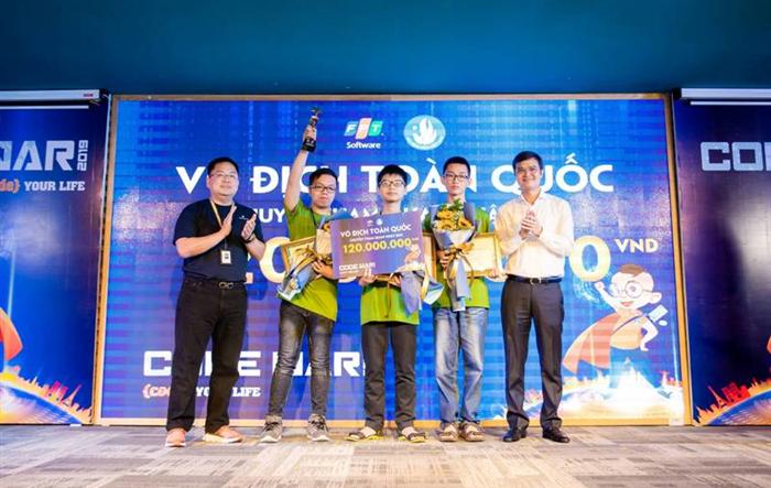Ba sinh viên ĐH QGHN giành chức vô địch tại cuộc thi Code War 2019