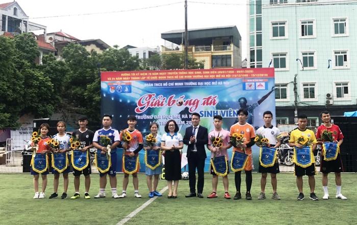 400 sinh viên Đại học Mở Hà Nội thi tài bóng đá