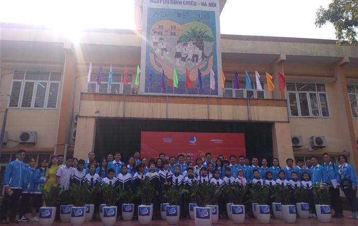 Đoàn đại biểu dự Đại hội VIII giao lưu, tặng quà học sinh trường PTCS Nguyễn Đình Chiểu