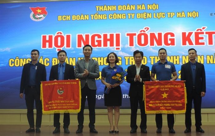 Đoàn Thanh niên EVN HANOI nhận Cờ thi đua xuất sắc dẫn đầu