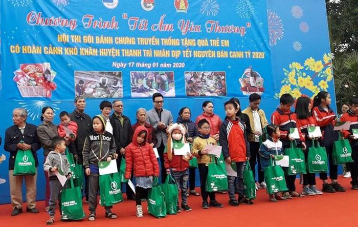 Hàng trăm suất quà được trao tặng đến các em nhỏ có hoàn cảnh khó khăn