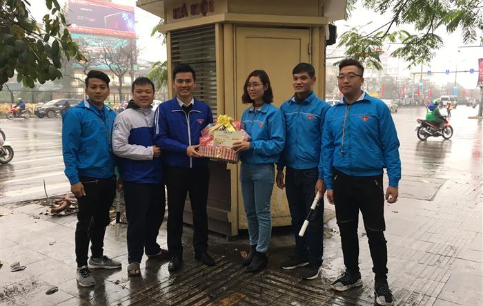 Phó Bí thư Thành đoàn Hà Nội thăm, động viên Đội hình Giao thông xanh