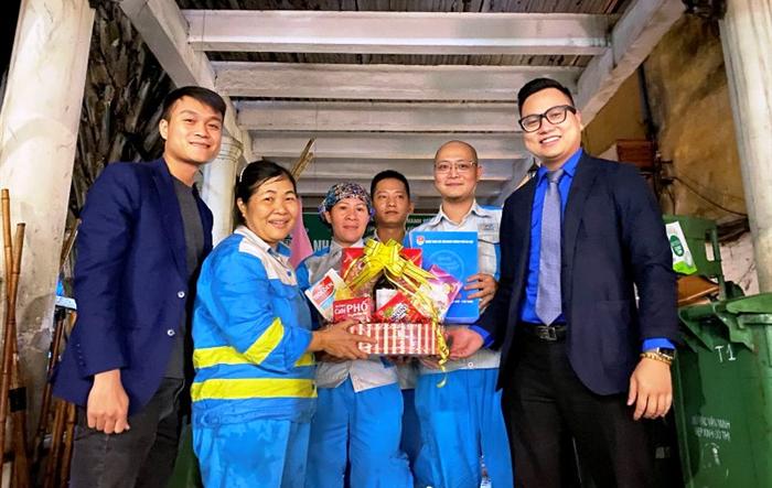 Phó bí thư Thành đoàn Hà Nội thăm, chúc mừng năm mới các đơn vị trực Tết