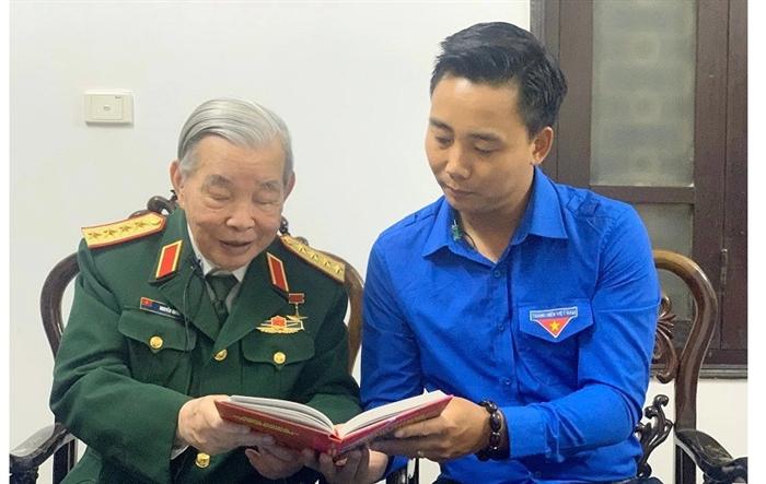 Thường trực Thành đoàn Hà Nội thăm hỏi, tặng quà Đại tướng Nguyễn Quyết