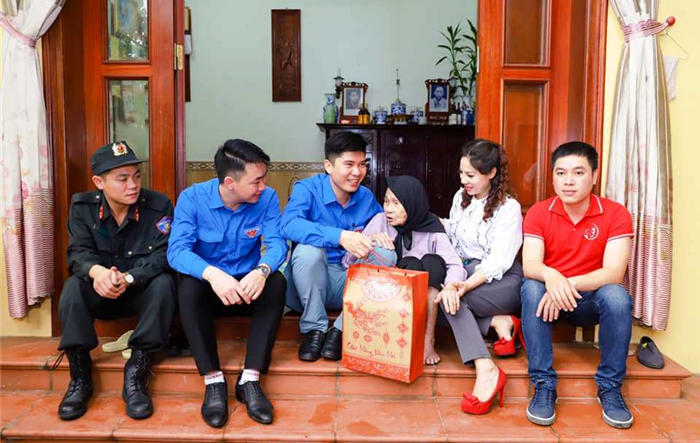Nhiều suất quà tặng mẹ Việt Nam Anh hùng và thiếu nhi có hoàn cảnh khó khăn