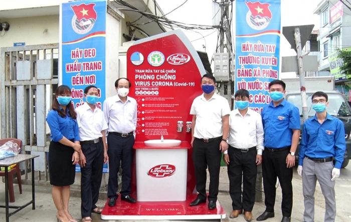 Huyện đoàn Thanh Oai: Tặng người dân trạm rửa tay dã chiến chống dịch