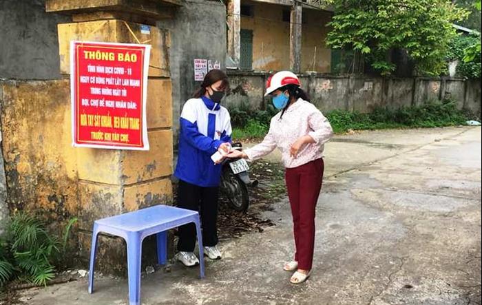 Thanh niên Phúc Thọ hỗ trợ người dân khai báo y tế trực tuyến