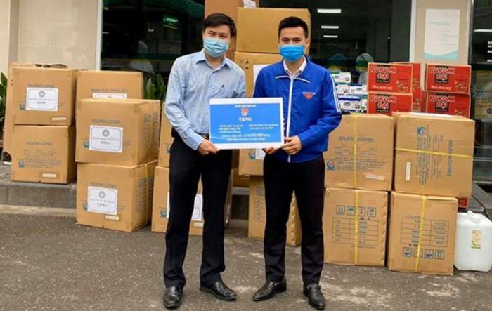 Thành đoàn Hà Nội tặng quà y, bác sĩ Bệnh viện Bạch Mai