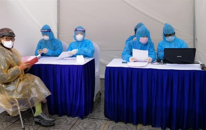 """""""Tình nguyện đặc biệt"""" tại trạm xét nghiệm nhanh Covid-19"""