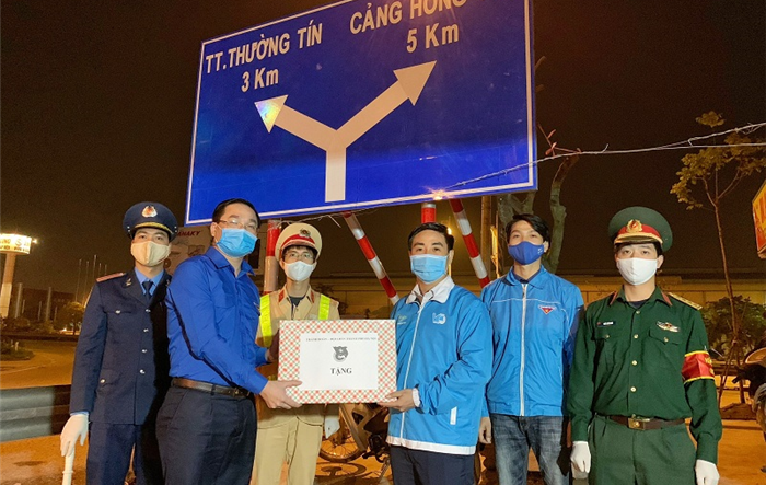 Bí thư Thành đoàn Nguyễn Ngọc Việt thăm động viên, tặng quà các đội hình trực chốt phòng chống dịch