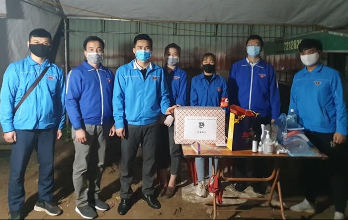 Phó Bí thư Thành đoàn Hà Nội thăm chốt trực phòng chống dịch huyện Đông Anh