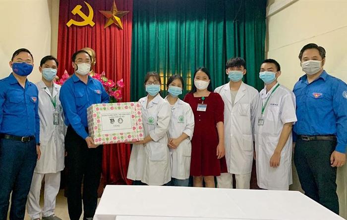 Bí thư Thành đoàn Hà Nội thăm, tặng quà sinh viên tình nguyện phòng chống dịch Covid-19