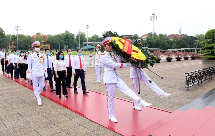 Đại biểu Đảng bộ cơ quan Thành đoàn Hà Nội vào Lăng viếng Bác