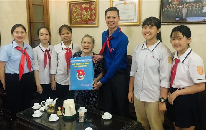Thiếu nhi Hoàng Mai tặng quà tri ân các Mẹ Việt Nam anh hùng