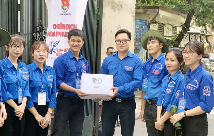 Thường trực Thành đoàn Hà Nội thăm, tặng quà đội hình tình nguyện Tiếp sức mùa thi