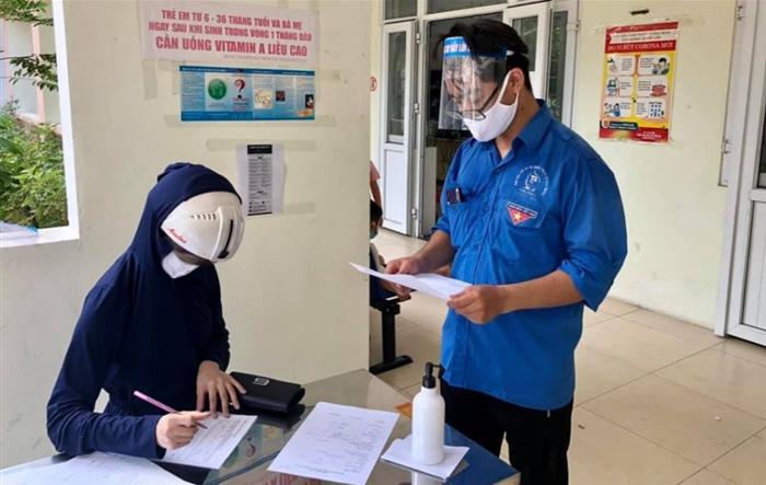 Thanh niên Hoàng Mai tình nguyện hỗ trợ tại các điểm xét nghiệm nhanh