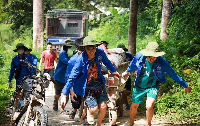 Áo xanh Công đoàn trên những con đường nối liền thôn, xóm