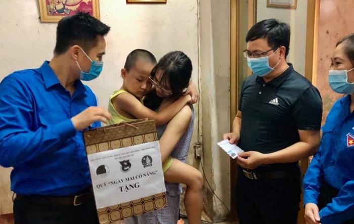 """Thiếu nhi nghèo huyện Thanh Trì nhận quà """"Ngày mai có nắng"""""""