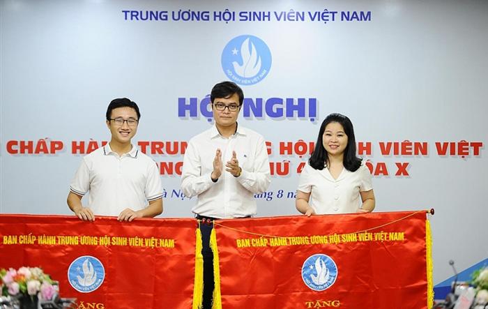 Hội Sinh viên thành phố Hà Nội nhận cờ thi đua xuất sắc