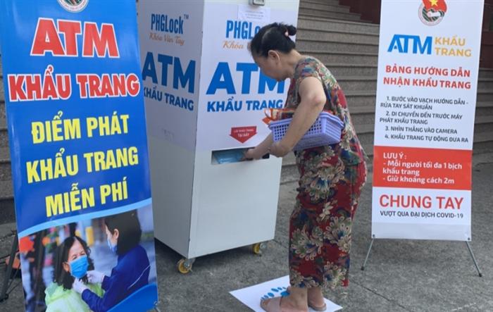"""Chung tay phòng chống Covid-19, tuổi trẻ Hà Đông lắp """"ATM khẩu trang"""" miễn phí"""