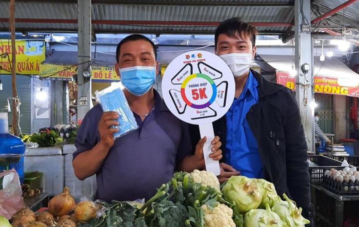 Tuổi trẻ Hà Đông tuyên truyền phòng dịch Covid-19 tại chợ dân sinh