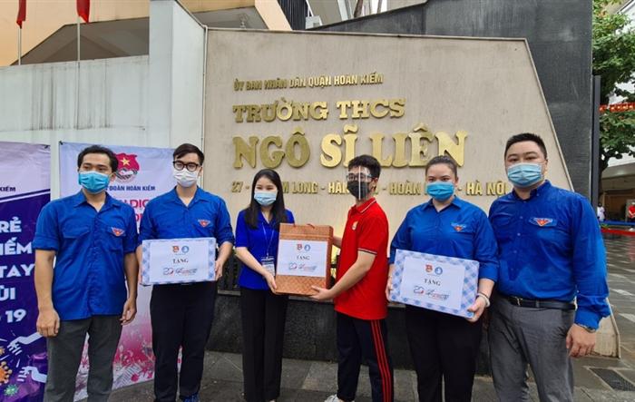 Bí thư Thành đoàn Hà Nội tặng quà, động viên đội hình tiếp sức mùa thi