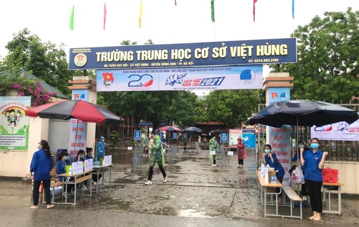 Áo xanh tình nguyện đội mưa hỗ trợ thí sinh tại các điểm thi