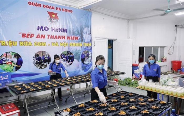 """Những suất cơm """"ngon như cỗ"""" tặng người nghèo ngày Quốc khánh"""