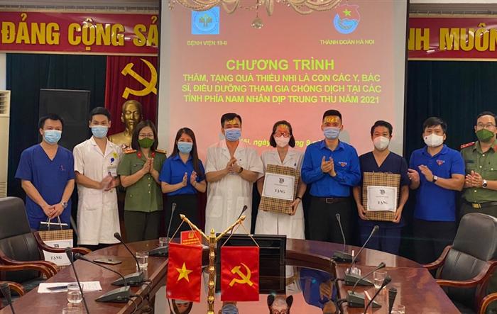 Thành đoàn Hà Nội thăm hỏi, tặng quà Tết Trung thu con các y, bác sĩ tuyến đầu