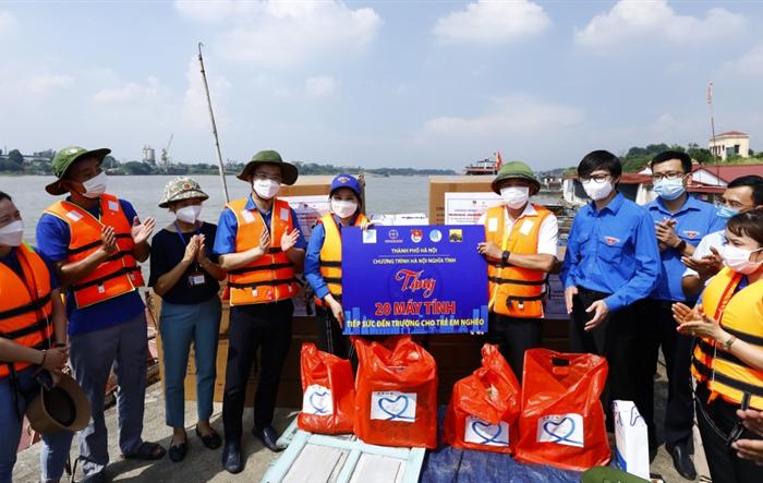 Vượt sông mang máy tính đến tặng thiếu nhi làng chài xã Văn Đức